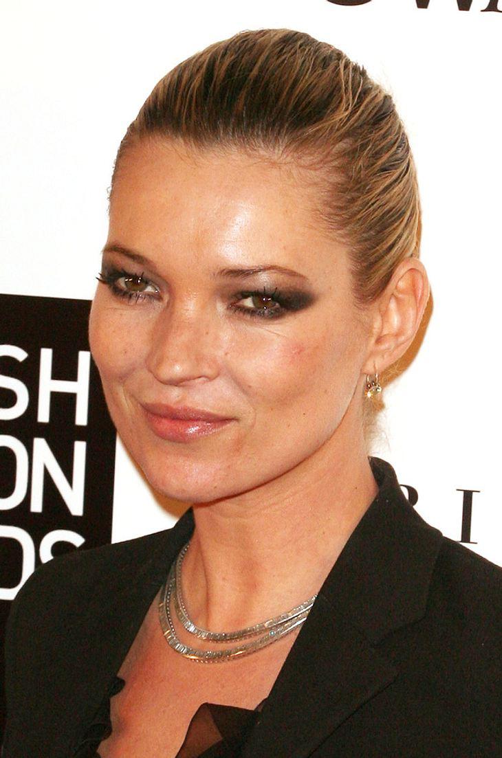 Kate Moss bringt Mick Jones ein Geburtstagsständchen