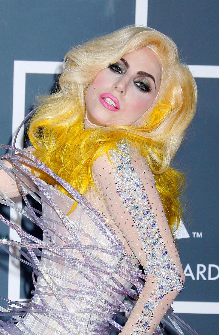 Lady Gaga auf der Bühne mit Geburtstagstorte überrascht