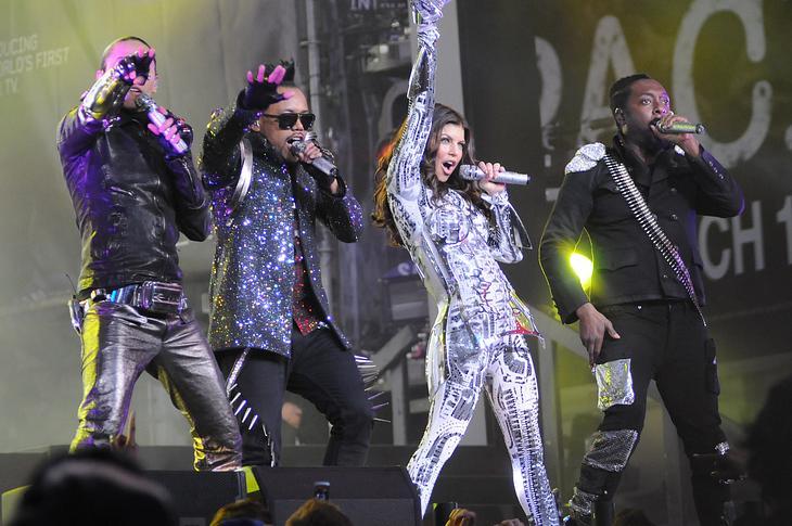 Black Eyed Peas performen Überraschungs-Show in New York