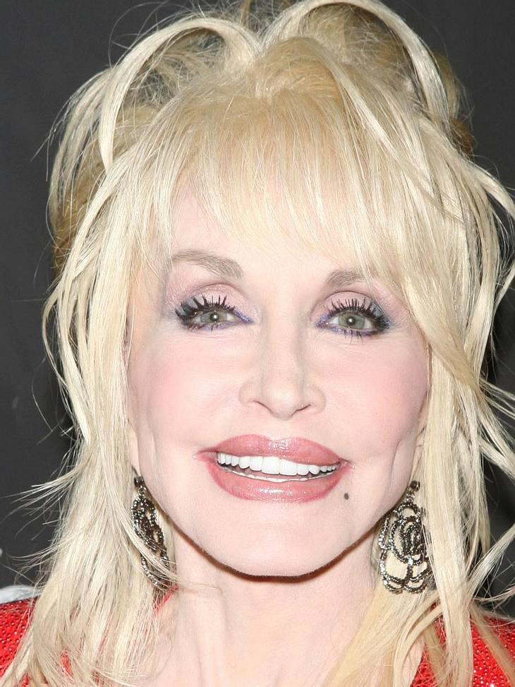 Die Luxus-Versicherungen der StarsBrüste 2,8 Millionen EuroDreimal? Viermal? Wie oft Country-Star Dolly Parton (65) schon an ihrem Busen herumschnippeln ließ, weiß nur sie selbst. Rund 700.000 Euro hat sie in die guten Stücke investiert! &q