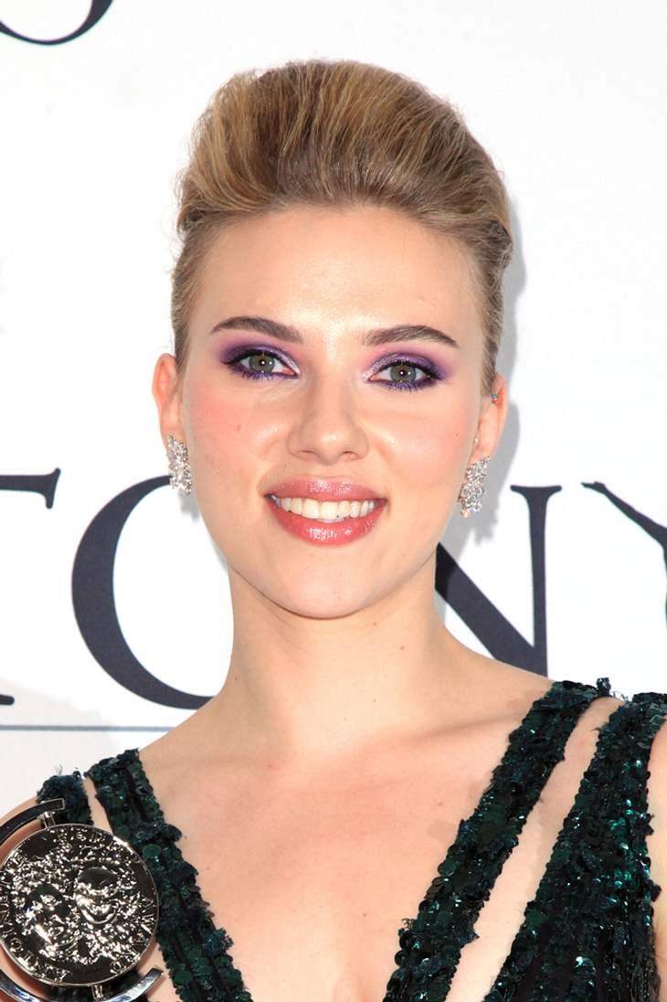 Scarlett Johansson feiert Tony-Gewinn mit Karaoke