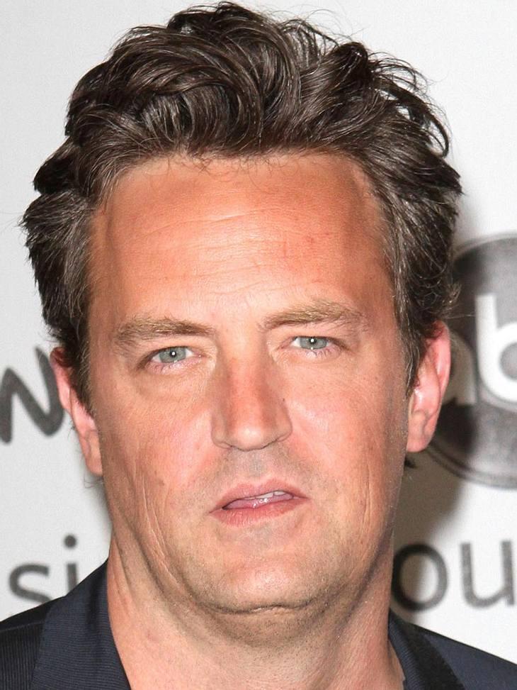 """Stars in Rehab1997 hatte der """"Friends""""-Star Matthew Perry (42) am Set von """"Fools Rush"""" einen schweren Unfall. Er musste an der Bauchspeicheldrüse operiert werden. Gegen die Schmerzen kippte er Unmengen an Alkohol ins sic"""