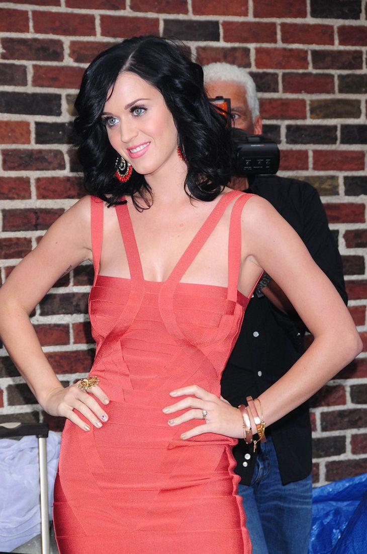 Katy Perry verteilt Kissen an wartende Fans