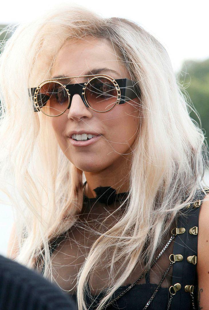 Lady Gaga überrascht frisch vermähltes Paar