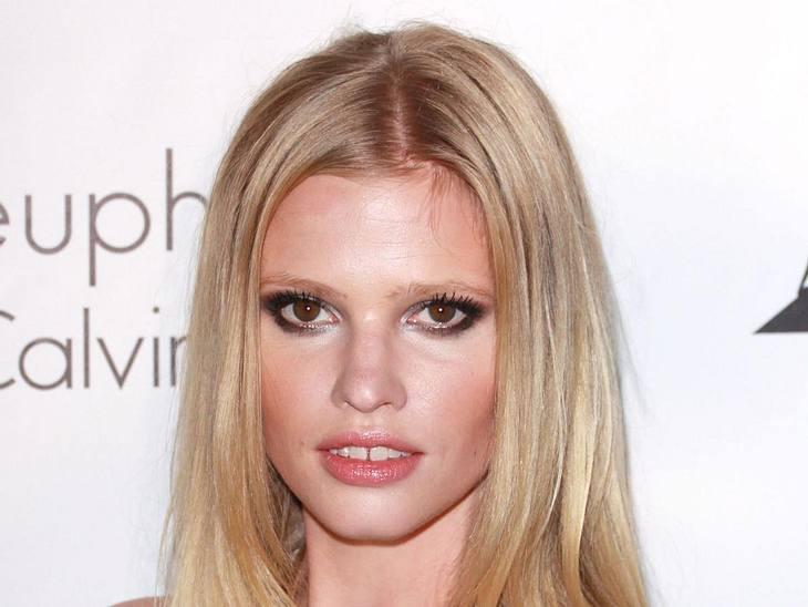 Mut zur Zahnlücke!Auch Model Lara Stone hat es mit ihrer Zahnlücke in die Riege der ganz Großen im Model-Business geschafft.