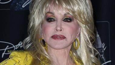 Dolly Parton spielt Beauty-Ops herunter