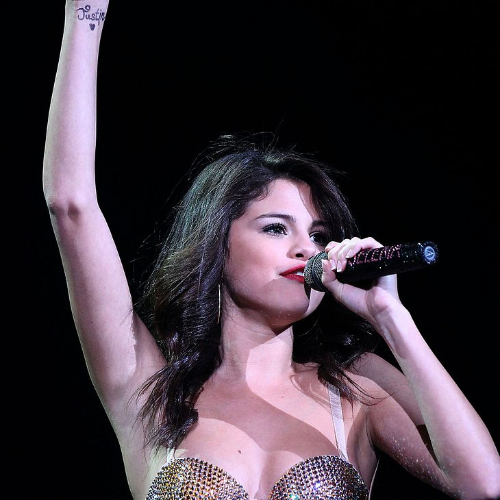Selena Gomez trägt Justin Biebers Namen am Handgelenk