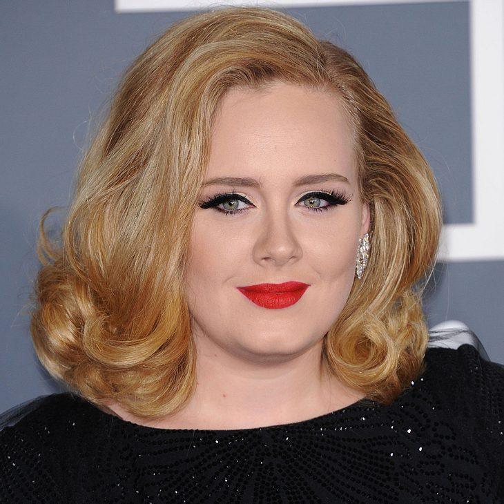 Adele tarnt sich im Schlafanzug