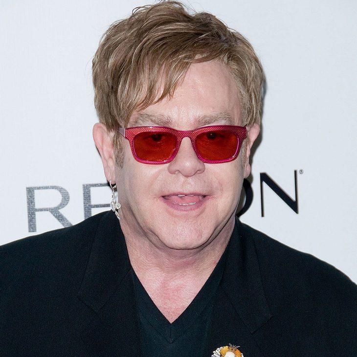 Elton John singt auf zwei Hochzeiten