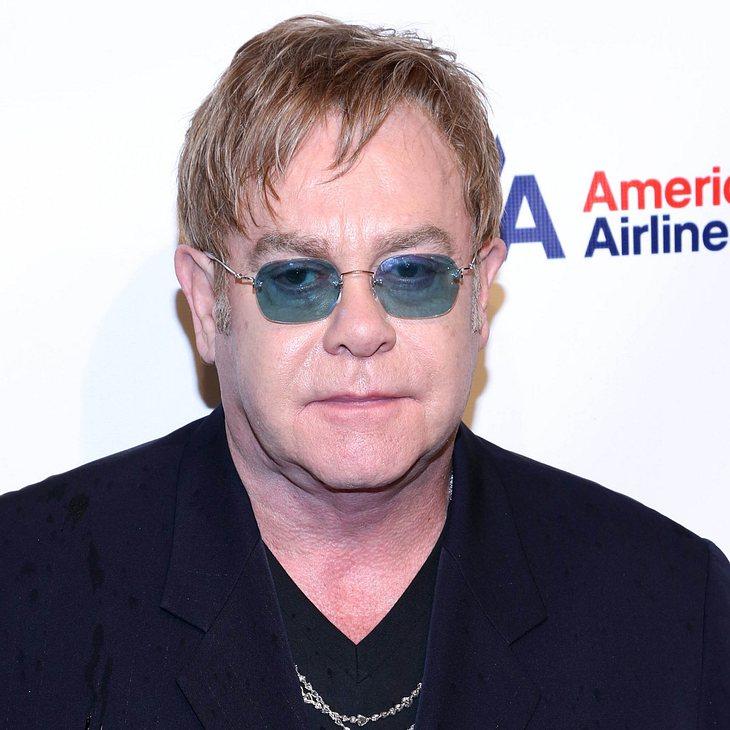 Elton John ganz bieder auf der Bühne