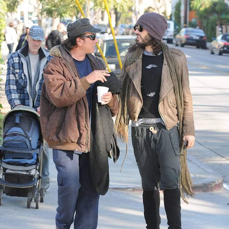 Russell Brand wühlt mit Obdachlosem im Müll
