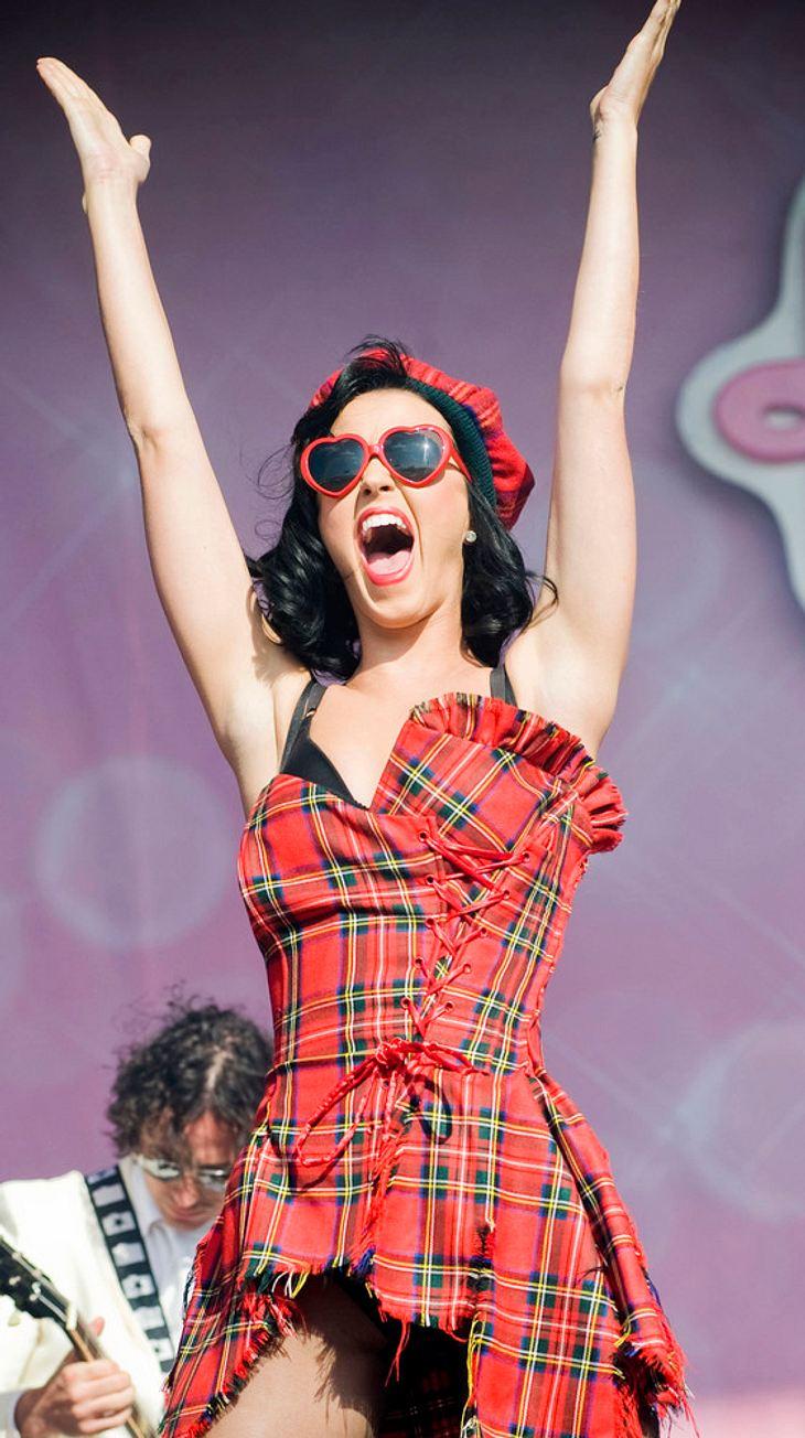Katy Perry hüpft gegen Kleider-Pannen