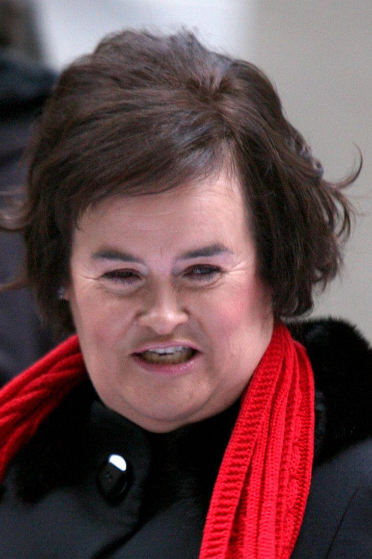 Susan Boyle fällt an Flughafen in Ohnmacht