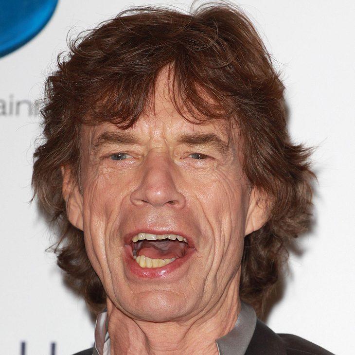 Mick Jagger spielt mit Rolling Stones Flipperautomat