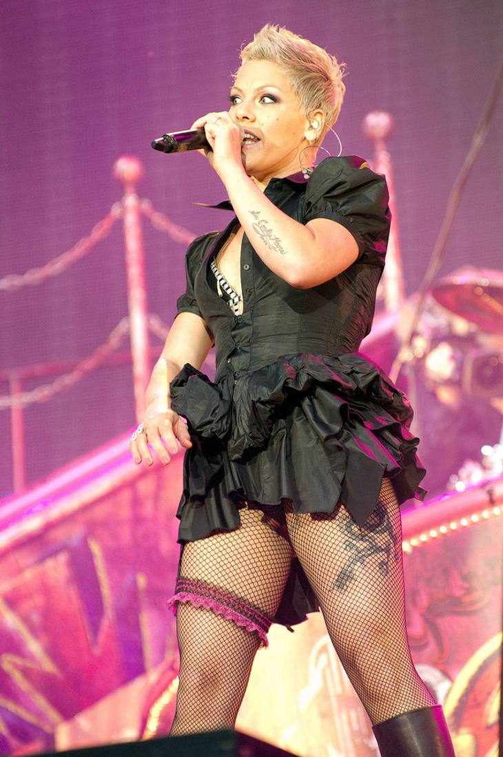 Pink crowdsurft in Ball beim Isle Of Wight-Festival