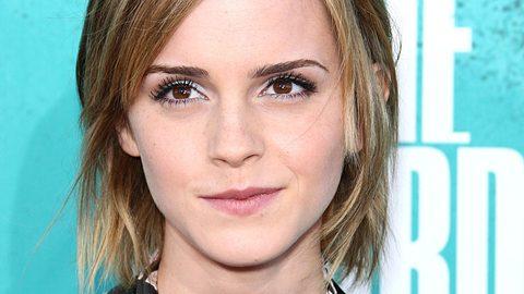 Emma Watson mit Bibeln überhäuft