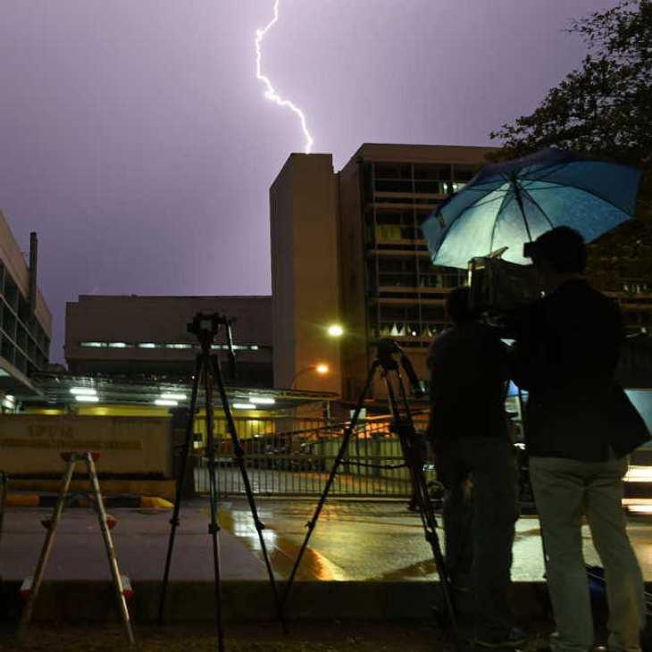 Wettermann vor laufender Kamera von Blitz getroffen!