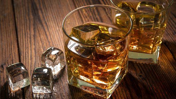 Whisky Set und Eiswürfel - Foto: iStock/AlexRaths
