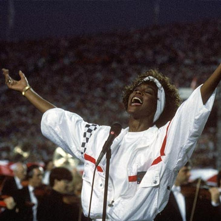Whitney Houston - eine Karriere in Bildern1991 gab Whitney Houston beim Super Bowl die Nationalhymne zum Besten.