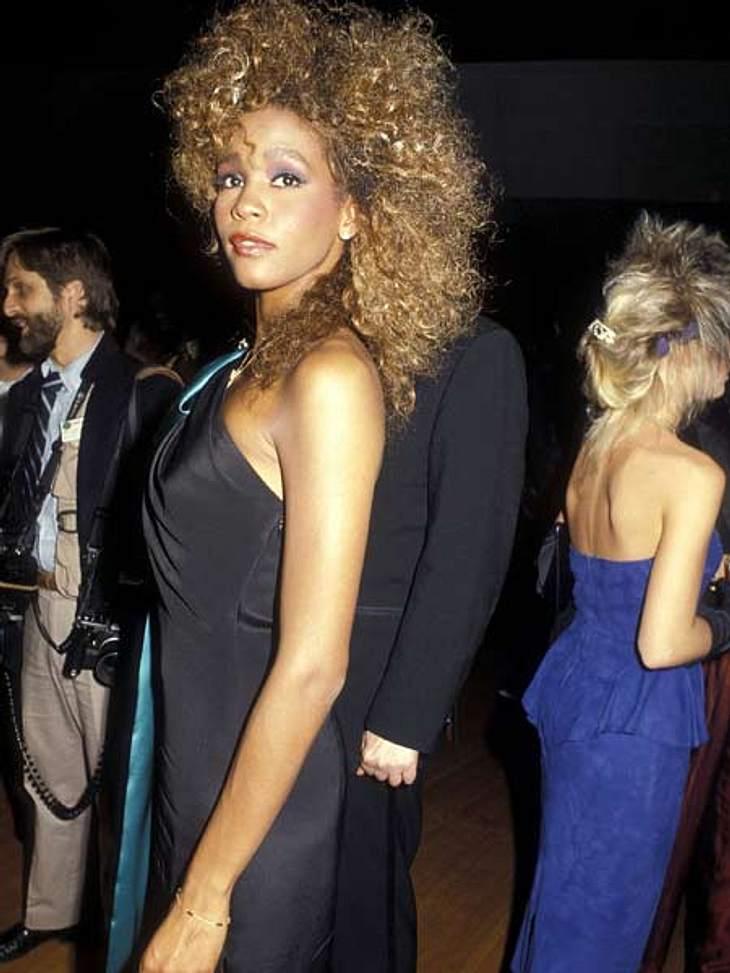 """Whitney Houston - eine Karriere in Bildern1985 erschien Whitney Houstons Debütalbum """"Whitney Houston"""". 13 Millionen Mal verkaufte es sich allein in den USA. Drei Songs des ersten Albums kletterten auf Platz eins der Charts. Ihren"""