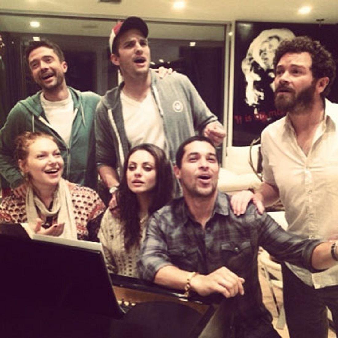 """Eric, Kelso, Jackie, Hyde, Fez und Donna - die Darsteller von """"Die wilden 70er"""" sind wieder vereint."""