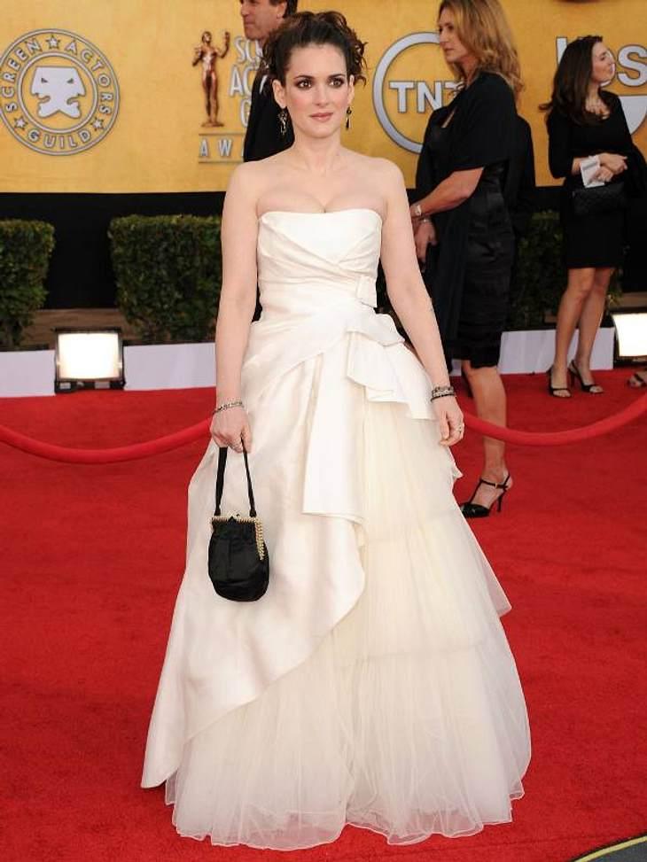 Die Luxus-Ballkleider der StarsEtwas unsicher wirkt Winona Ryder in ihrem Braut-ähnlichen Kleid schon, dabei sieht sie wirklich gut aus.