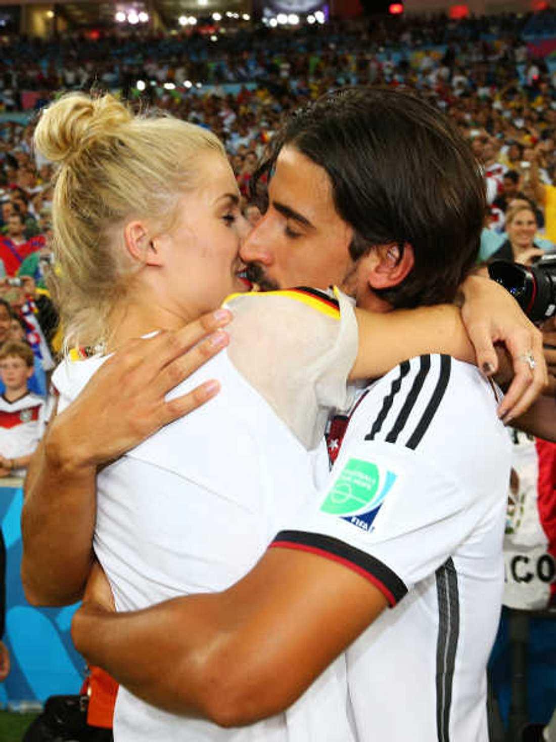 Lena Gercke küsst ihren Weltmeister Sami Khedira.