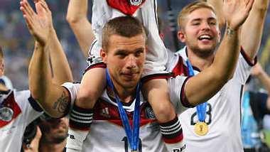 Lukas Podolski hatte nicht genug und kickte mit seinem Sohn weiter. - Foto: Getty Images