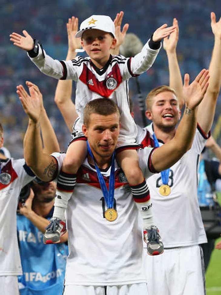 Lukas Podolski hatte nicht genug und kickte mit seinem Sohn weiter.