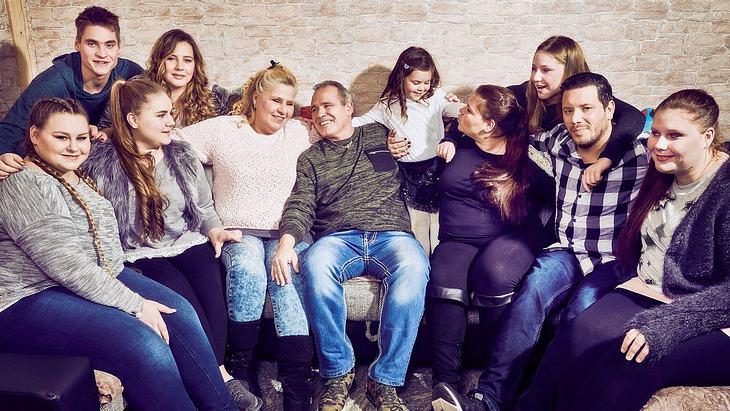 Die Wollnys mit ihren Kindern im glücklichen Zuhause