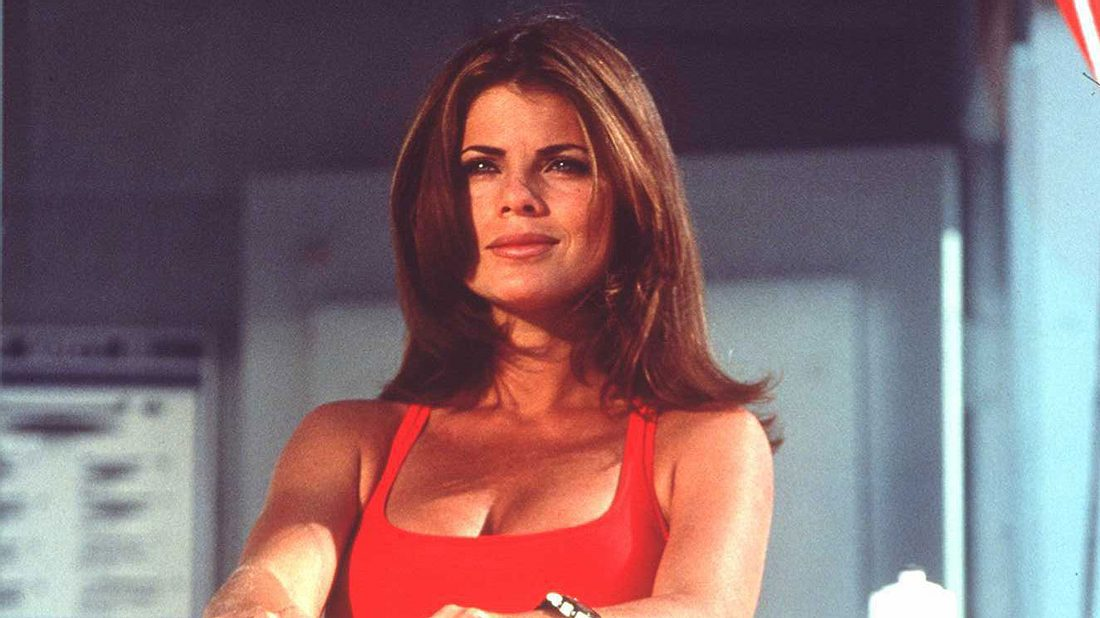 Yasmine Bleeth als Caroline Holden in Baywatch 1996