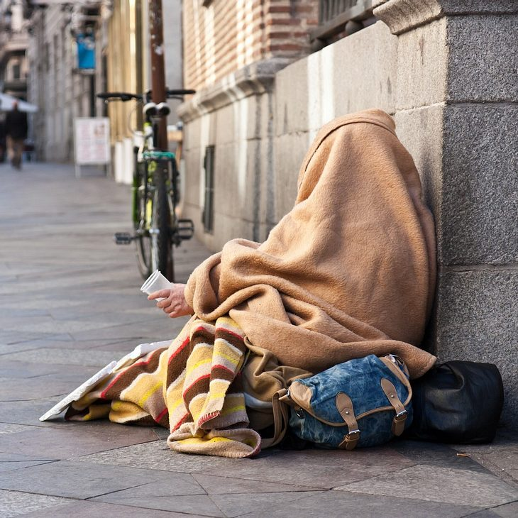 Miese Aktion für Clip: YouTuber vergiftet Obdachlosen!