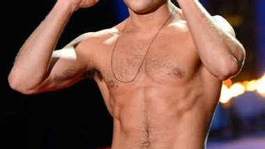 Zac Efron präsentierte sich bei den MTV Movie Awards oben ohne. - Foto: Getty Images