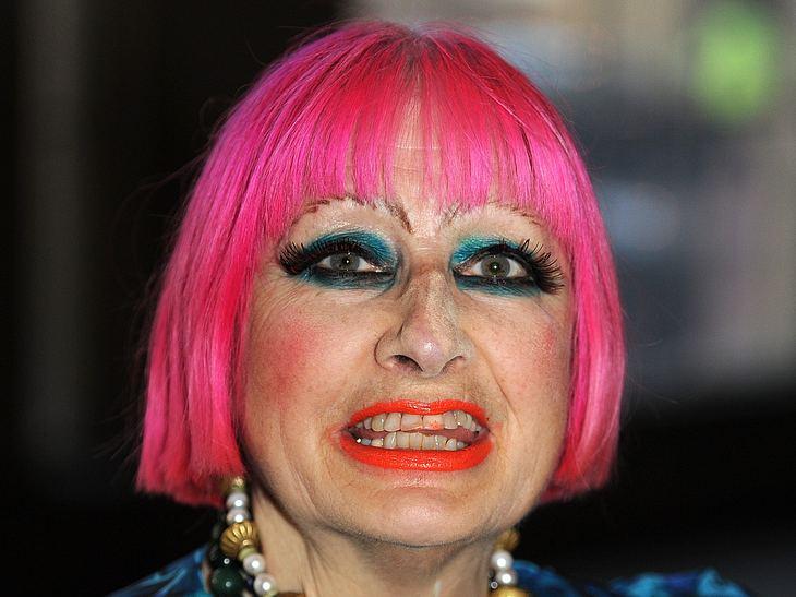 Die Make-Up-Pannen der StarsVielleicht bemerkt man die Beauty-Panne von Designerin Zandra Rhodes (71) nicht sofort. Denn der Lippenstift auf den Zähnen wird von ihrem nicht ganz so dezenten Make-Up etwas überstrahlt.