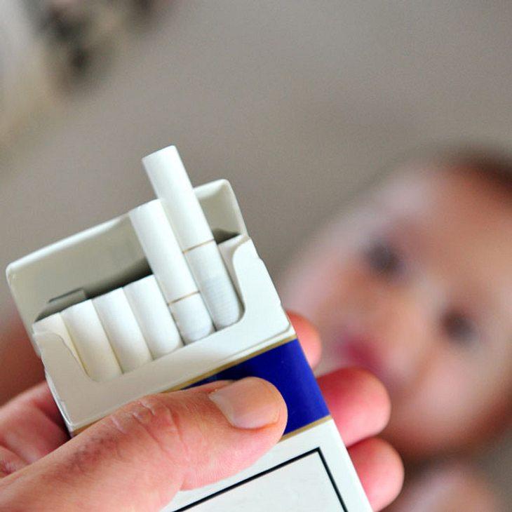 Schock-Fotos: Vater steckt Baby eine Zigarette in den Mund!