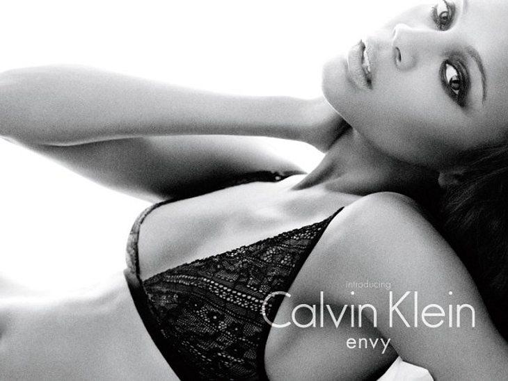 """""""Avatar""""-Star Zoe Saldana tritt in die Fußstapfen von Kate Moss, Mark Wahlberg & Co. Sie ist das neue Gesicht von Calvin Klein."""