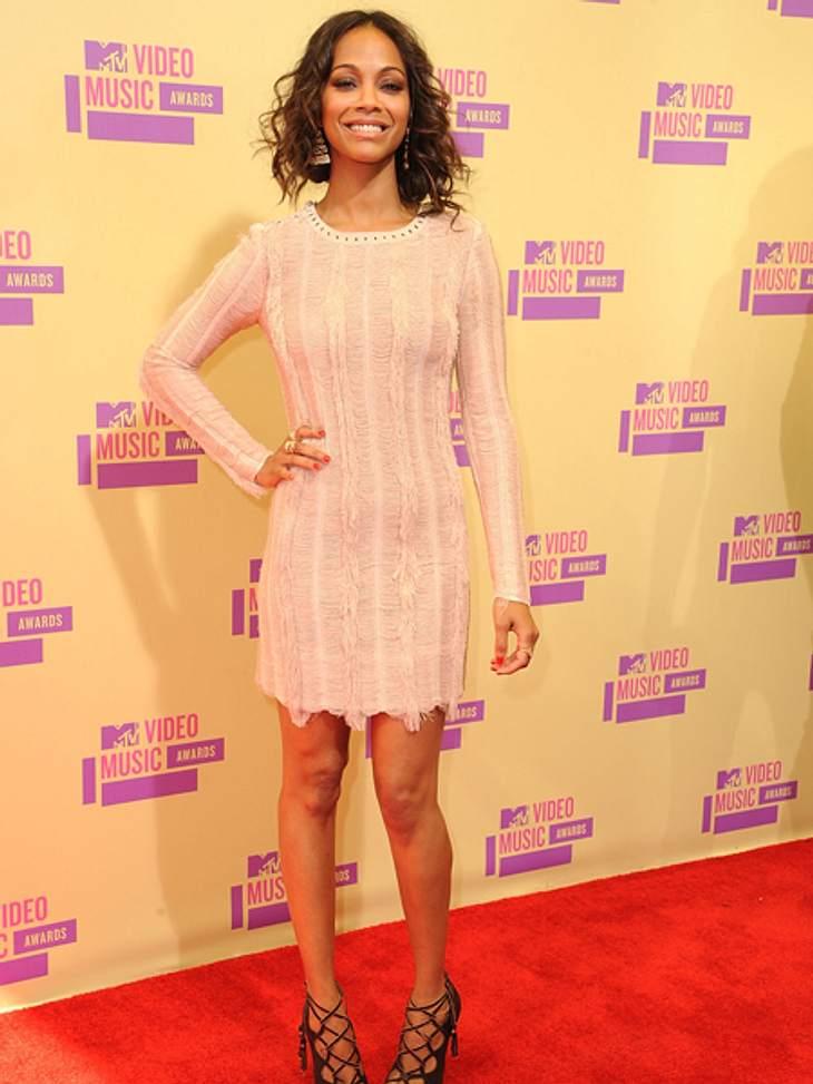 Der Style der VMA 2012: Tops & FlopsEin bisschen mädchenhaft, ein bisschen glamourös und viel Bein: Zoe Saldana (34) überzeugt in ihrem zartroséfarbenen Kleid. Fazit: TOP