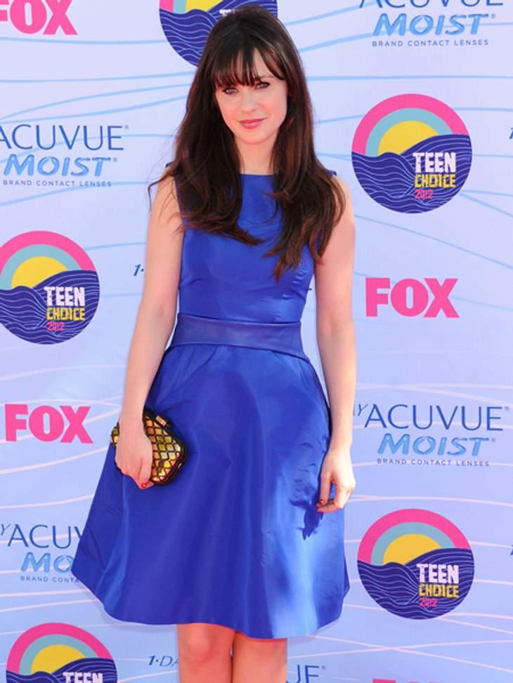 Star-Style: Mädchenhaft wie Zooey DeschanelBlau ist ihre Farbe. Neben den vollen, brünetten Haaren sind die strahlenden blauen Augen das Markenzeichen der 32-Jährigen. Und die betont sie gerne mal mit blauen Kleidern.