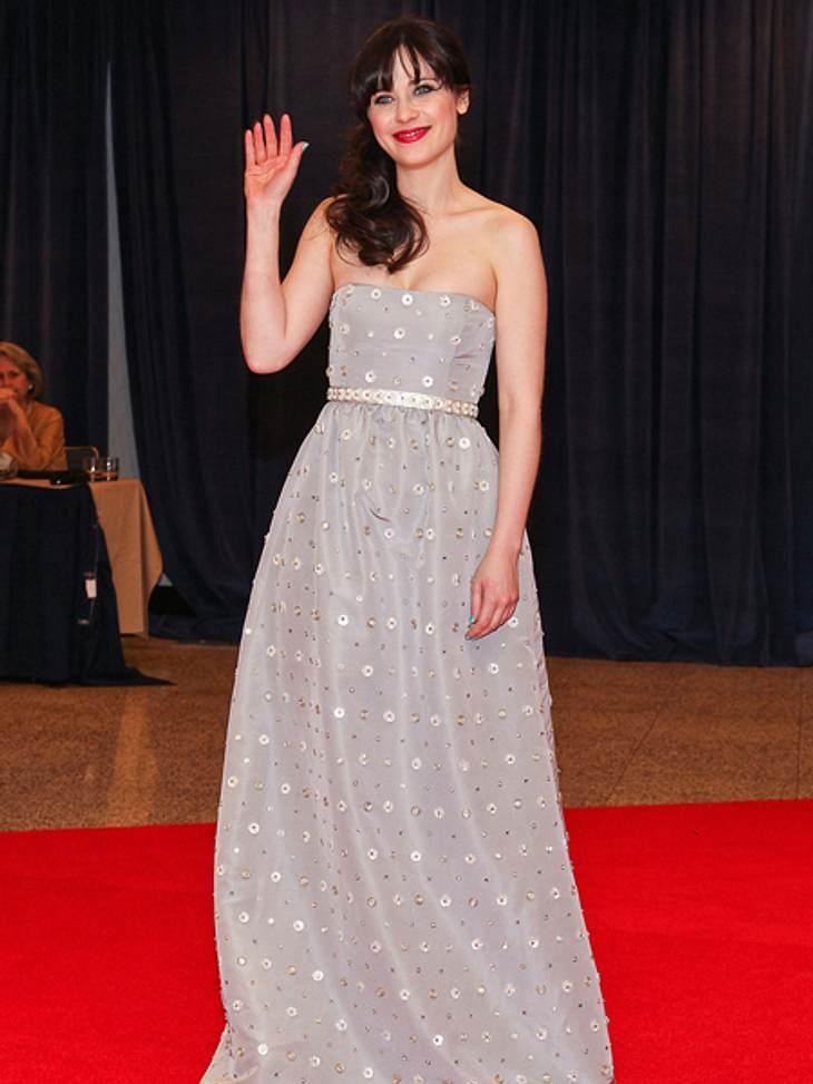 Star-Style: Mädchenhaft wie Zooey DeschanelSowohl das Kleid als auch die Handhaltung haben etwas Königliches.