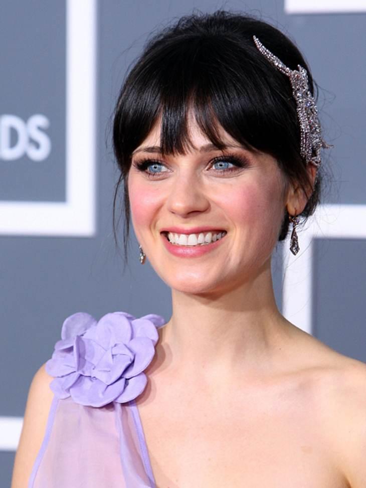 Star-Style: Mädchenhaft wie Zooey DeschanelZooey in zartem Violett und mit funkelndem Haarschmuck.