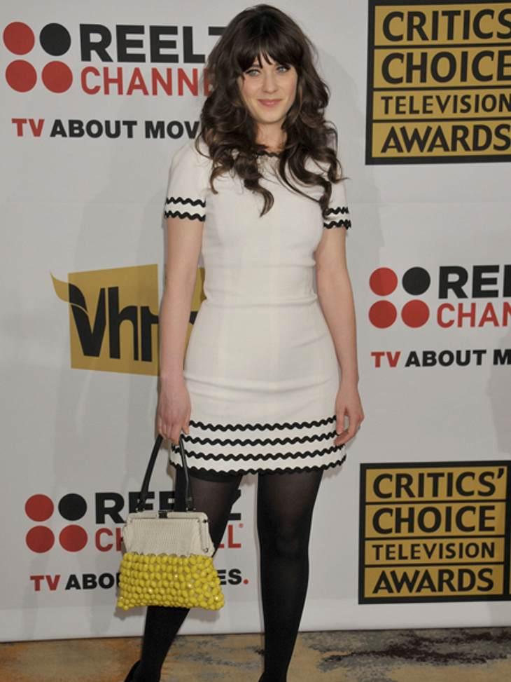 Star-Style: Mädchenhaft wie Zooey DeschanelZu diesem 60er Jahre Kleid und der weißen Tasche mit gelben Perlen können wir nun eins sagen: Süß!