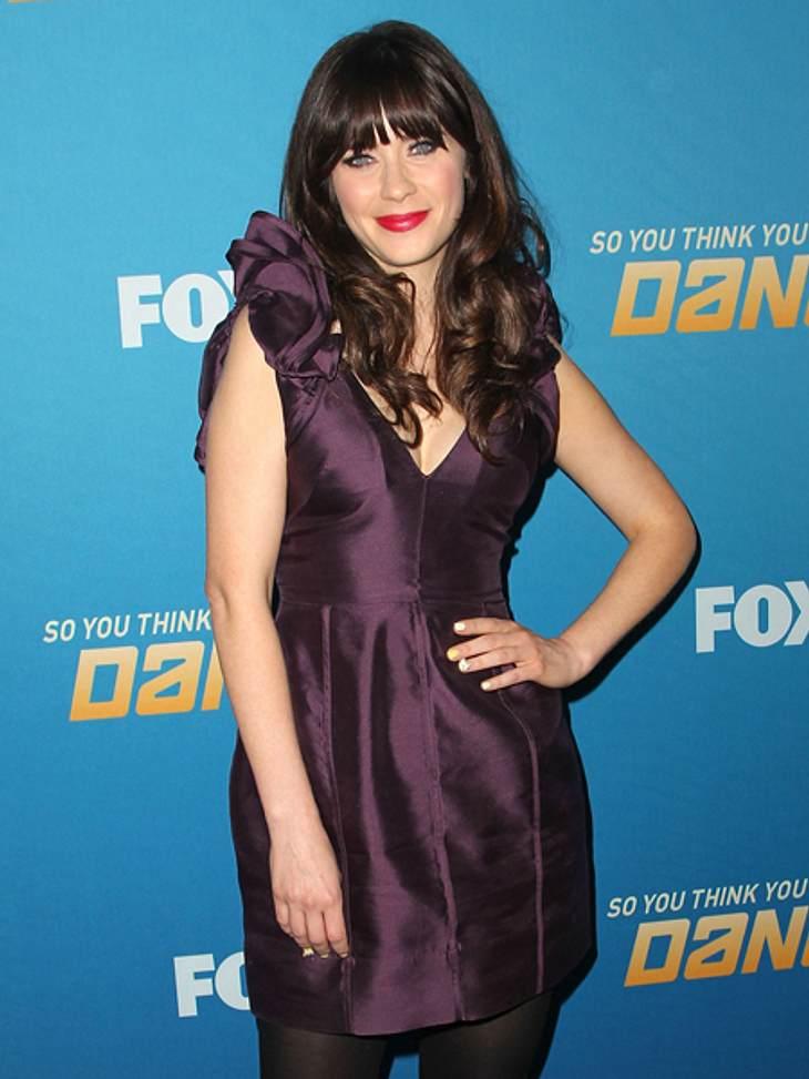 Star-Style: Mädchenhaft wie Zooey DeschanelZum Kleid in dunklem Violett wählt Zooey Deschanel leuchtenden pinkfarbenen Lippenstift.