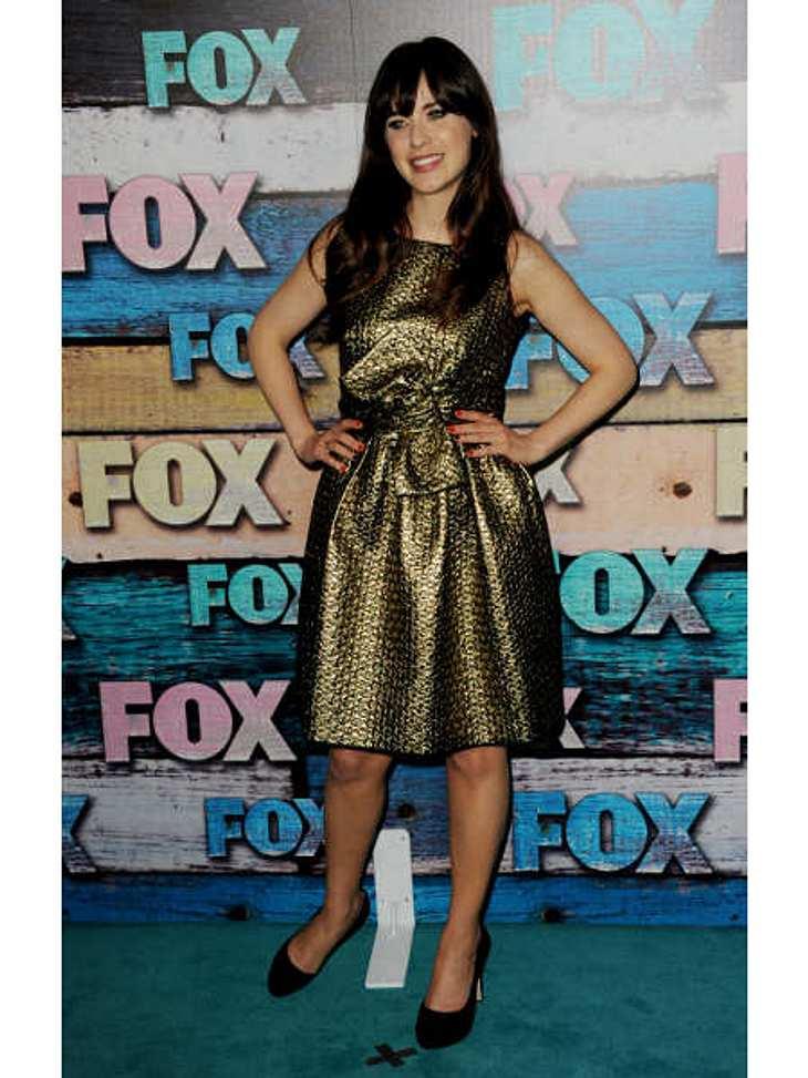 """Star-Style: Die größten Fashion-Fiaskos im AugustGold-Grusel: """"New Girl""""-Star Zooey Deschanel (32) war sich ihrer Sache so sicher: Schleifchen plus Metallic-Look gleich super-trendy. Leider sieht die Schauspielerin in diesem Dress"""