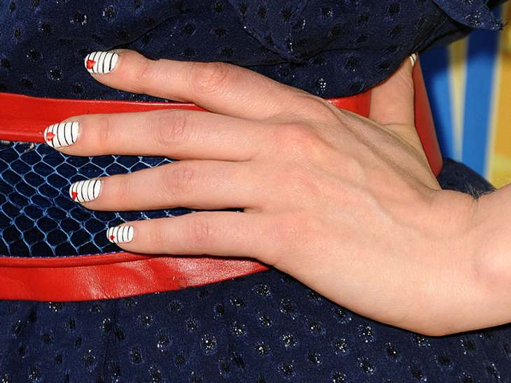 Star-Style: Mädchenhaft wie Zooey DeschanelBei der 32-Jährigen sollte man immer auf die Fingernägel achten, denn sie liebt ausgefallene Nageldesigns. Streifen und Herzen wählte sie...