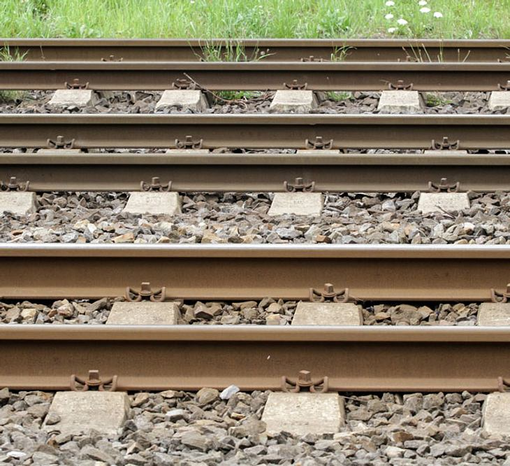 Frau wirft sich vor Zug
